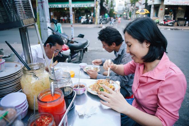 Chiều Sài Gòn lộng gió, ghé hẻm Cheo Leo ăn dĩa bột chiên giản dị mà gây nhớ gây thương suốt 43 năm - Ảnh 7.