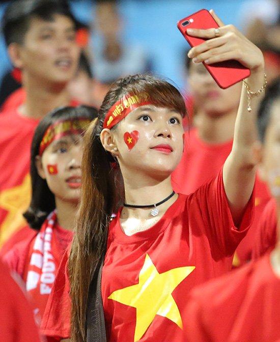 Fan nữ cổ vũ Công Phượng đấu hot boy xứ Hàn - Ảnh 7.