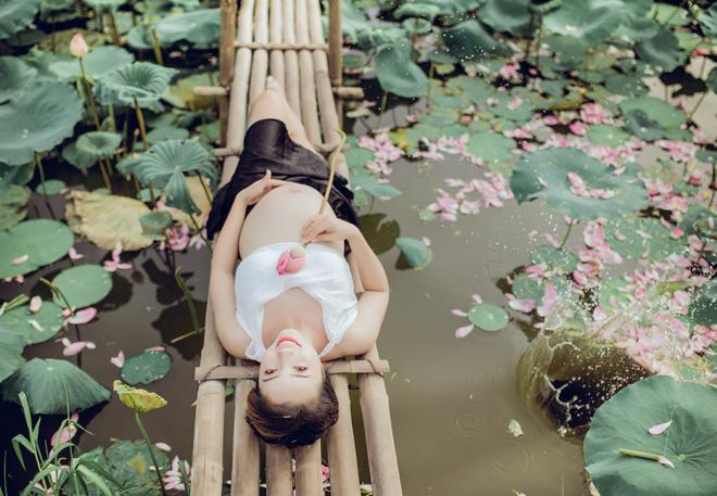 Vác bụng bầu 8 tháng đi chụp ảnh với hoa sen, cô giáo trẻ được khen tấm tắc vì quá xinh - Ảnh 7.