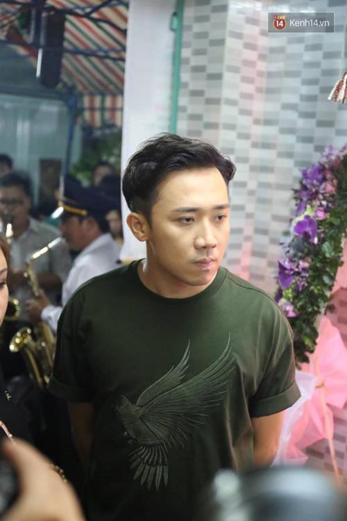Trấn Thành, Việt Hương lặng người bên linh cữu của cố nghệ sĩ Khánh Nam - Ảnh 8.