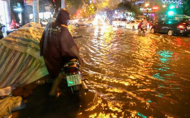 Người Sài Gòn khổ sở bì bõm về nhà trong cơn mưa cực lớn đêm cuối tuần - Ảnh 7.