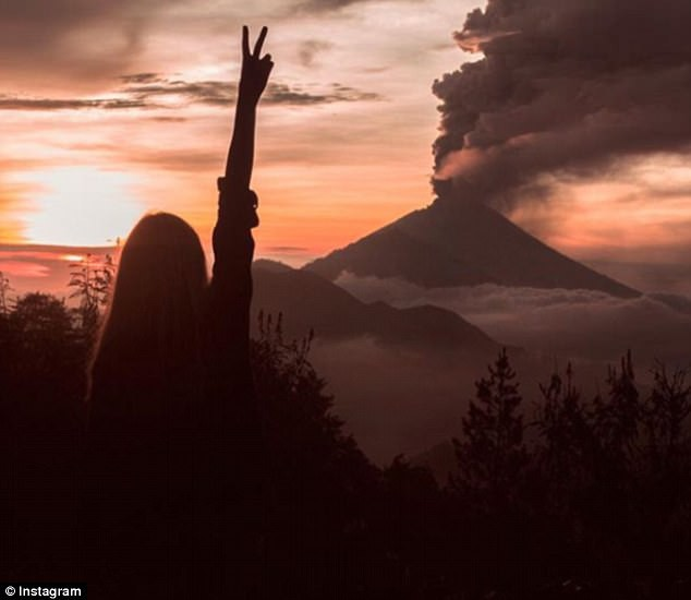 Vì vài bức hình mà bất chấp cả mạng sống: Núi lửa cứ rình rập phun, du khách vẫn vô tư chụp ảnh - Ảnh 7.