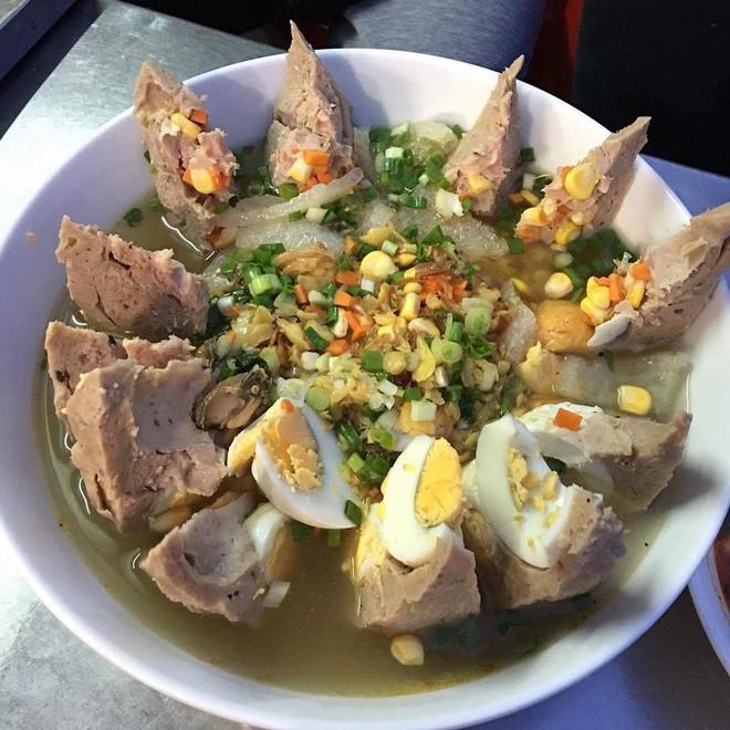 Có gì trong tô bò viên khổng lồ ở quán lề đường Sài Gòn, giá 200 ngàn, 6 người ăn no mới hết? - Ảnh 7.
