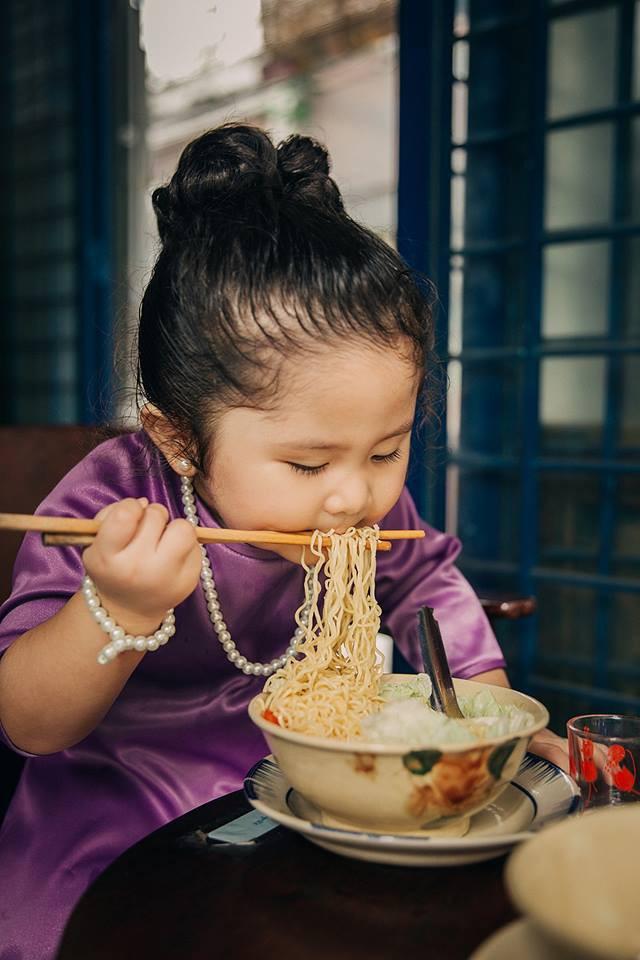 Đây chính là cô Ba Sài Gòn phiên bản 2,5 tuổi cưng hết sảy khiến dân mạng phát cuồng - Ảnh 7.