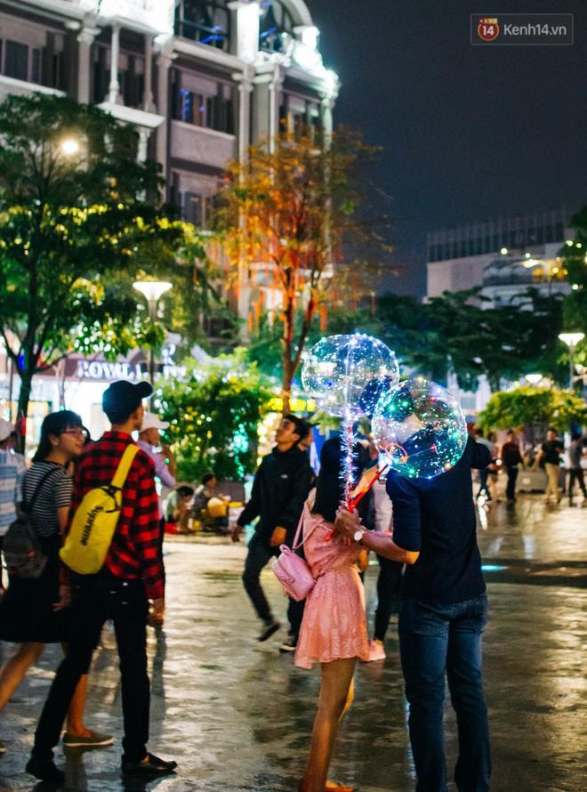 Bong bóng galaxy có gì hot mà ngập tràn phố đi bộ Nguyễn Huệ mùa Noel năm nay? - Ảnh 7.