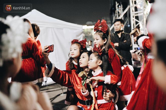 Giới trẻ Hà Nội kéo xuống phố đông nghịt đi chơi Noel - Ảnh 7.