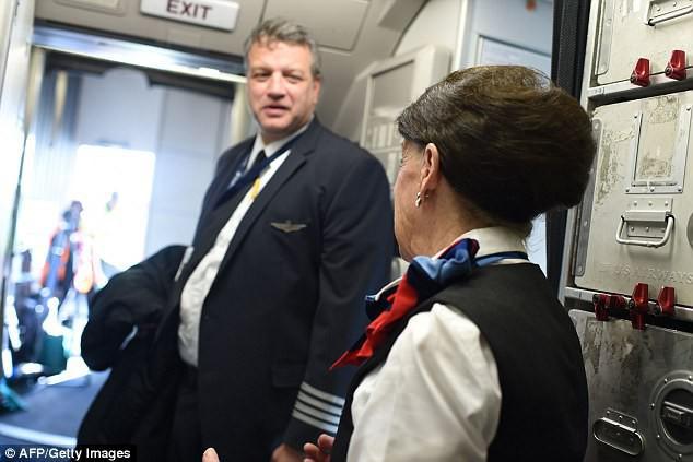81 tuổi vẫn làm tiếp viên hàng không, cụ bà được mệnh danh Nữ hoàng của bầu trời - Ảnh 7.