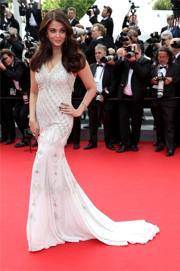 Hành trình 16 năm hóa nữ thần thảm đỏ Cannes của Hoa hậu Aishwarya Rai - Ảnh 31.