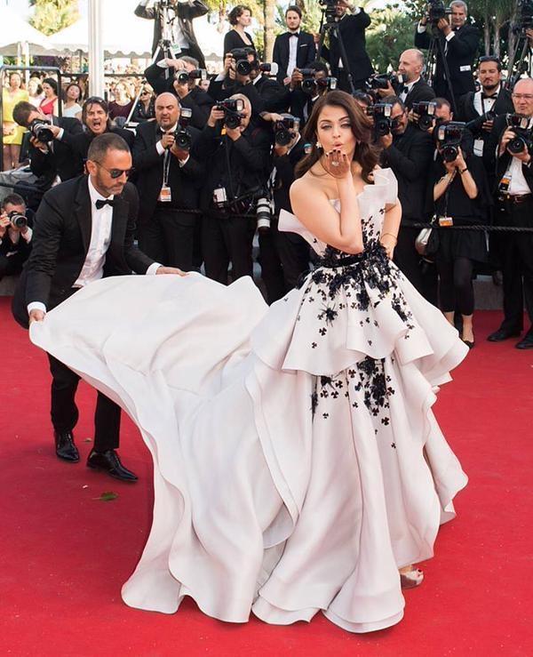 Hành trình 16 năm hóa nữ thần thảm đỏ Cannes của Hoa hậu Aishwarya Rai - Ảnh 32.