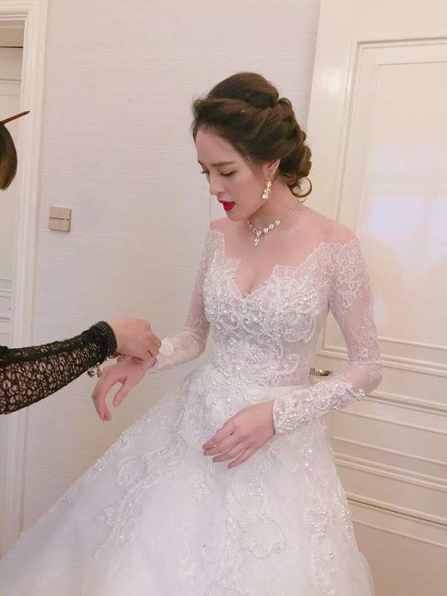 Á hậu Hoàng Anh rạng rỡ với váy trắng tinh khôi trong tiệc cưới - Ảnh 8.