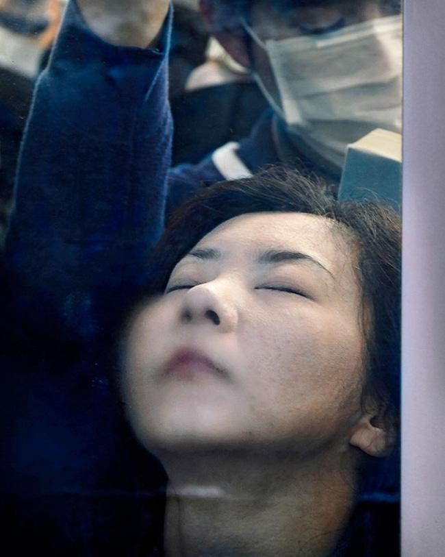Nỗi chán chường và mệt nhoài với cuộc sống chất đầy chuyến tàu điện Nhật Bản - Ảnh 8.