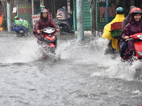 Mưa lớn, đường TP.HCM ngập nặng giữa mùa nóng - Ảnh 8.