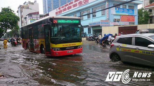 Mưa lớn đầu mùa, phố Hà Nội ngập sâu, giao thông ùn tắc - Ảnh 8.