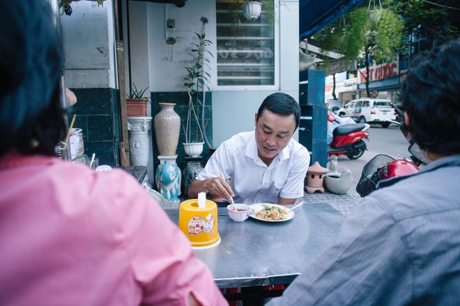 Chiều Sài Gòn lộng gió, ghé hẻm Cheo Leo ăn dĩa bột chiên giản dị mà gây nhớ gây thương suốt 43 năm - Ảnh 8.
