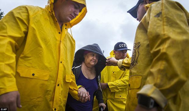 Cơn bão mạnh nhất thập kỷ đổ bộ vào Mỹ, người dân lo sợ một kịch bản tương tự Katrina xảy ra - Ảnh 8.