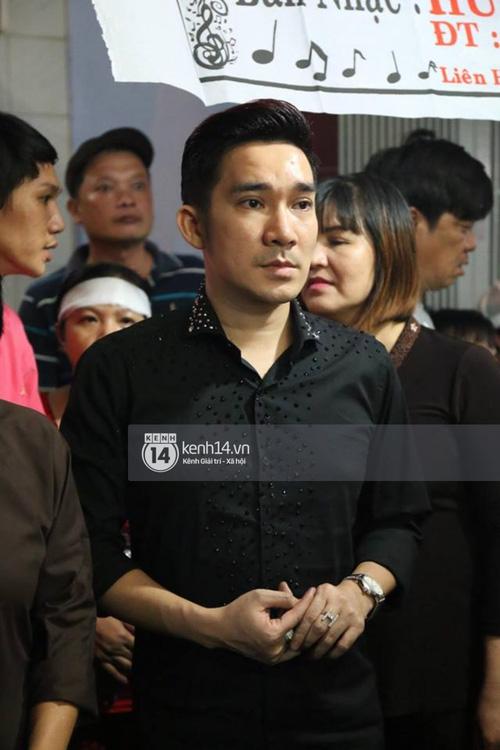 Trấn Thành, Việt Hương lặng người bên linh cữu của cố nghệ sĩ Khánh Nam - Ảnh 9.