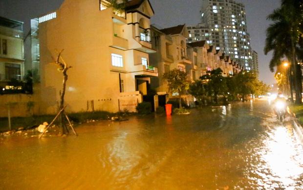 Người Sài Gòn khổ sở bì bõm về nhà trong cơn mưa cực lớn đêm cuối tuần - Ảnh 8.