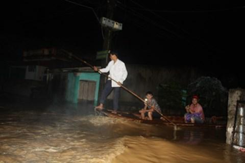 Thanh Hóa: Nước dâng ngập nóc nhà, người dân cõng nhau chạy lũ trong đêm - Ảnh 8.