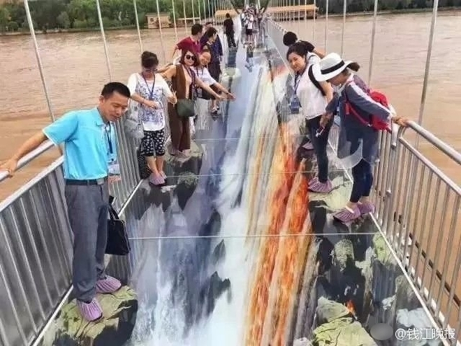 Trung Quốc: Du khách rụng rời chân tay khi ghé thăm cây cầu kính kết hợp công nghệ 3D - Ảnh 8.