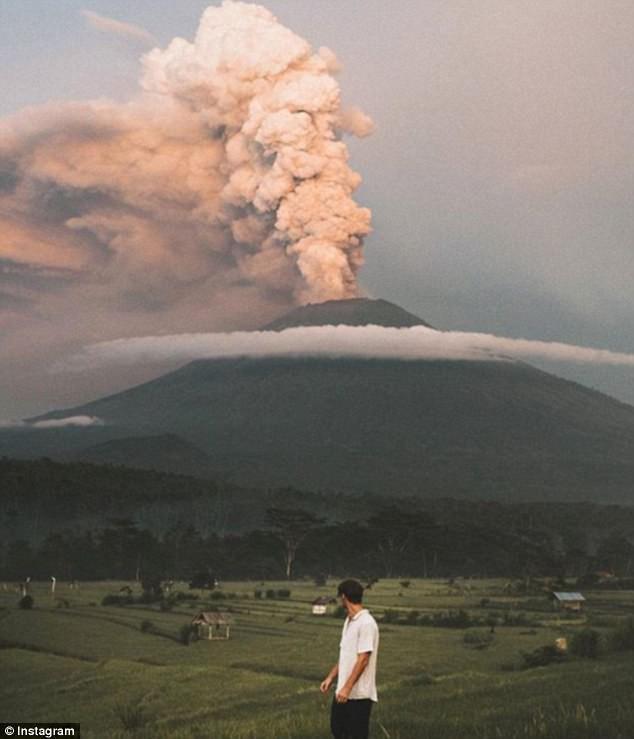 Vì vài bức hình mà bất chấp cả mạng sống: Núi lửa cứ rình rập phun, du khách vẫn vô tư chụp ảnh - Ảnh 8.