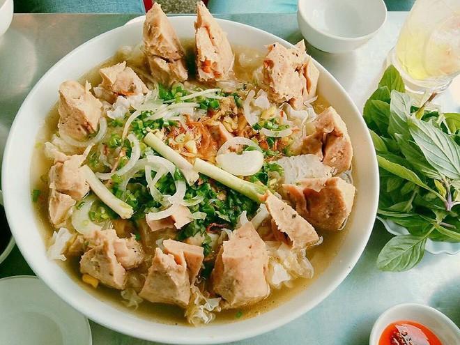Có gì trong tô bò viên khổng lồ ở quán lề đường Sài Gòn, giá 200 ngàn, 6 người ăn no mới hết? - Ảnh 8.