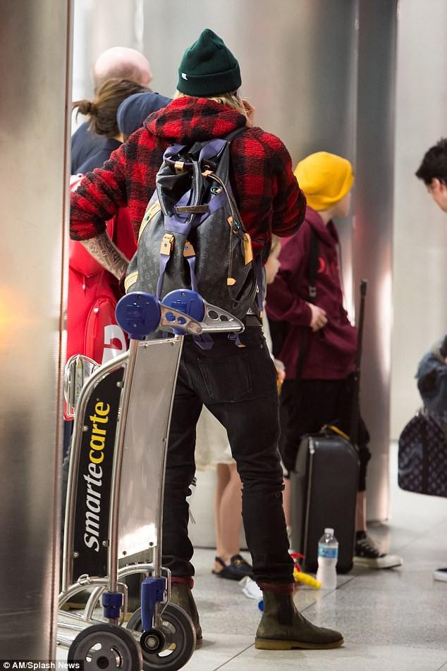 Harper Beckham diện giày 7,2 triệu đồng đi nghỉ mát đón năm mới cùng gia đình - Ảnh 8.