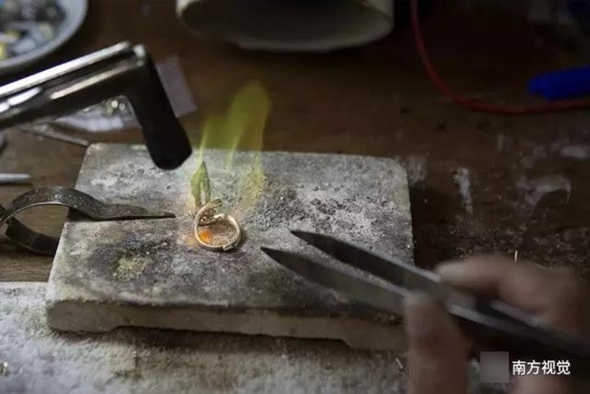 Ngôi làng nhiều vàng bạc châu báu nhất Trung Quốc: Xách túi nilon đựng vàng ròng đi ngoài đường cũng chẳng lo bị cướp - Ảnh 9.