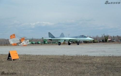 Lộ diện nguyên mẫu mới nhất của siêu tiêm kích Sukhoi T-50 - Ảnh 8.