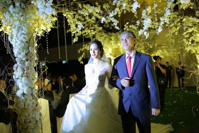 Á hậu Hoàng Anh rạng rỡ với váy trắng tinh khôi trong tiệc cưới - Ảnh 9.
