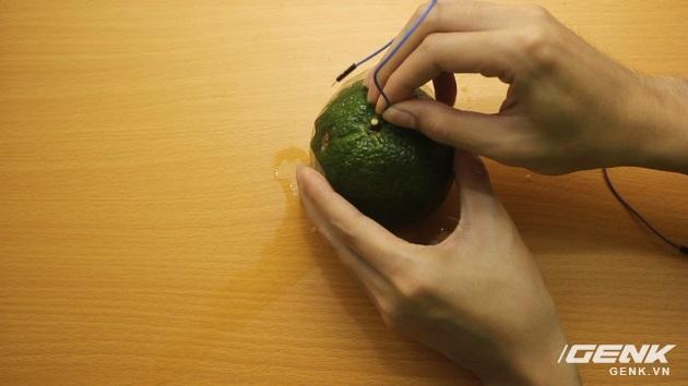 Hướng dẫn bạn đọc chế sạc pin dự phòng từ một quả cam, sạc được tới gần 40% pin cho iPhone - Ảnh 9.