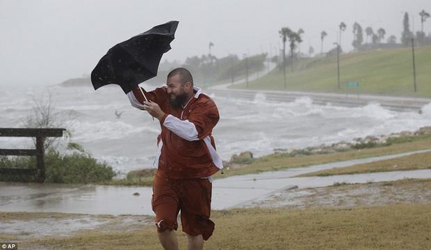 Cơn bão mạnh nhất thập kỷ đổ bộ vào Mỹ, người dân lo sợ một kịch bản tương tự Katrina xảy ra - Ảnh 9.