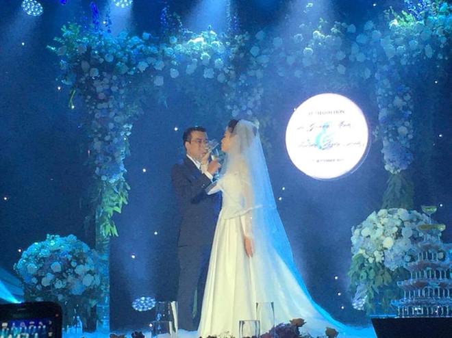 Những hình ảnh hiếm hoi về đám cưới ấm cúng của BTV Quang Minh và vợ trẻ - Ảnh 9.
