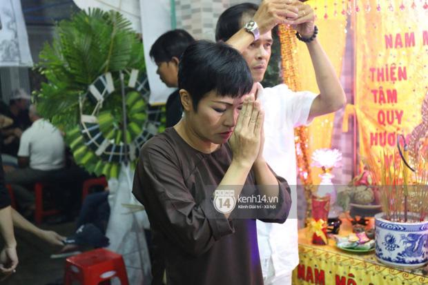 Trấn Thành, Việt Hương lặng người bên linh cữu của cố nghệ sĩ Khánh Nam - Ảnh 10.