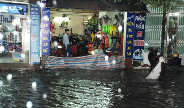 Người Sài Gòn khổ sở bì bõm về nhà trong cơn mưa cực lớn đêm cuối tuần - Ảnh 9.