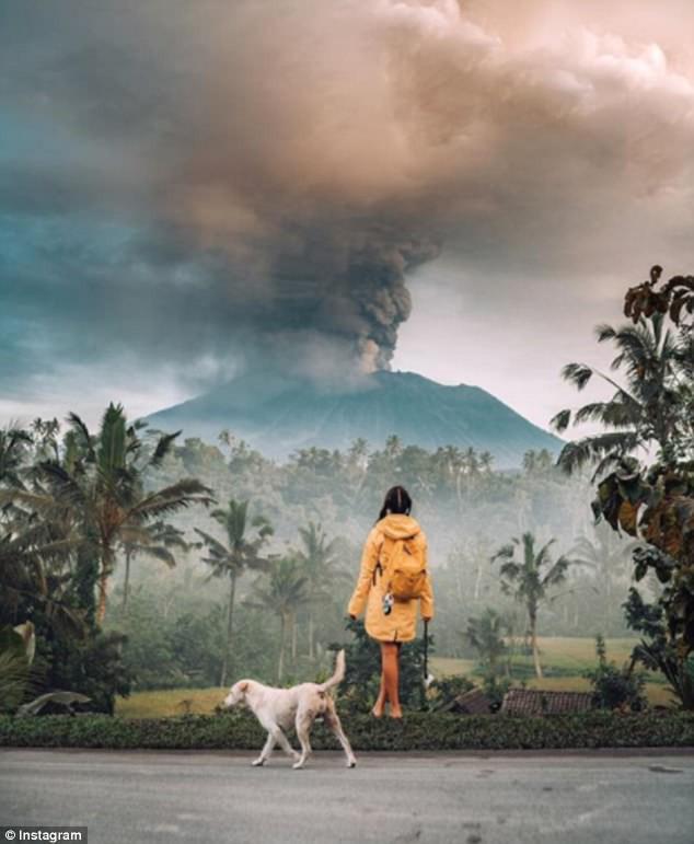 Vì vài bức hình mà bất chấp cả mạng sống: Núi lửa cứ rình rập phun, du khách vẫn vô tư chụp ảnh - Ảnh 9.