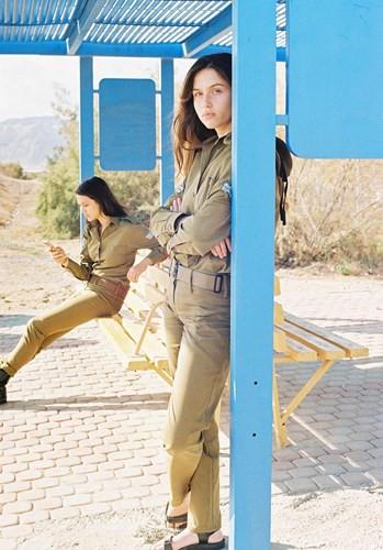Vẻ đẹp đời thường đầy mê hoặc của các nữ quân nhân Israel - Ảnh 9.