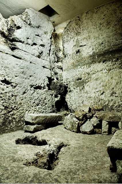 Sửa nhà vệ sinh cũ, người đàn ông phát hiện cả một kho tàng lịch sử vô giá từ hàng thế kỷ trước - Ảnh 9.