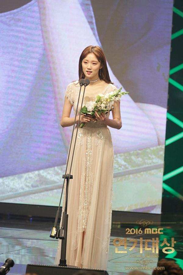 Tiên nữ cử tạ Lee Sung Kyung - Người đẹp 9X chăm cày cuốc của Kbiz - Ảnh 10.