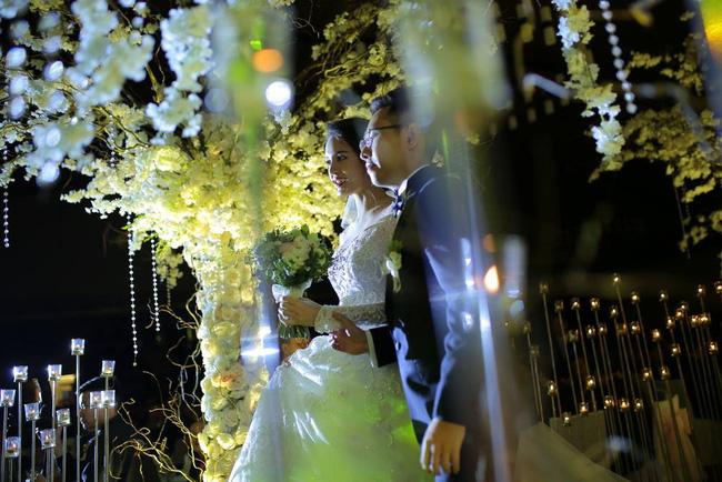 Á hậu Hoàng Anh rạng rỡ với váy trắng tinh khôi trong tiệc cưới - Ảnh 10.