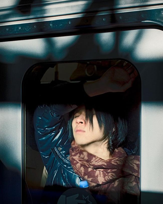 Nỗi chán chường và mệt nhoài với cuộc sống chất đầy chuyến tàu điện Nhật Bản - Ảnh 10.