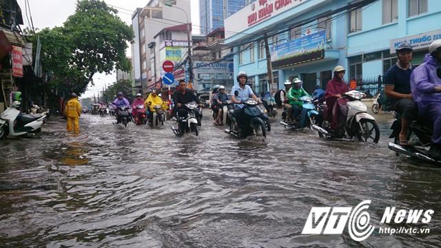 Mưa lớn đầu mùa, phố Hà Nội ngập sâu, giao thông ùn tắc - Ảnh 10.