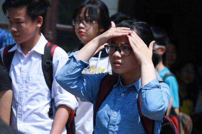 Phụ huynh căng sức đợi con thi dưới siêu nóng 45 độ - Ảnh 10.