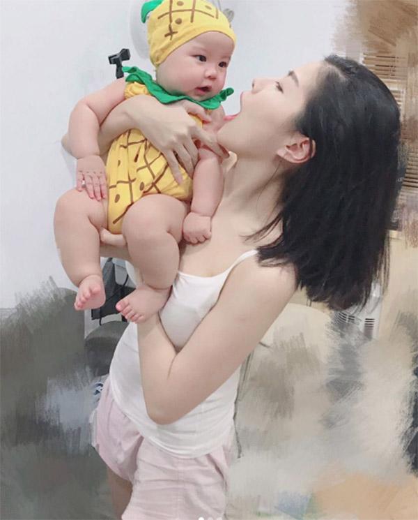 Vừa cho con bú vừa selfie khoe thanh xuân phơi phới, mẹ sữa bất ngờ nổi tiếng thế giới - Ảnh 10.