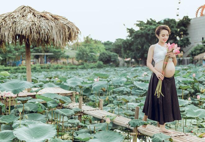 Vác bụng bầu 8 tháng đi chụp ảnh với hoa sen, cô giáo trẻ được khen tấm tắc vì quá xinh - Ảnh 10.