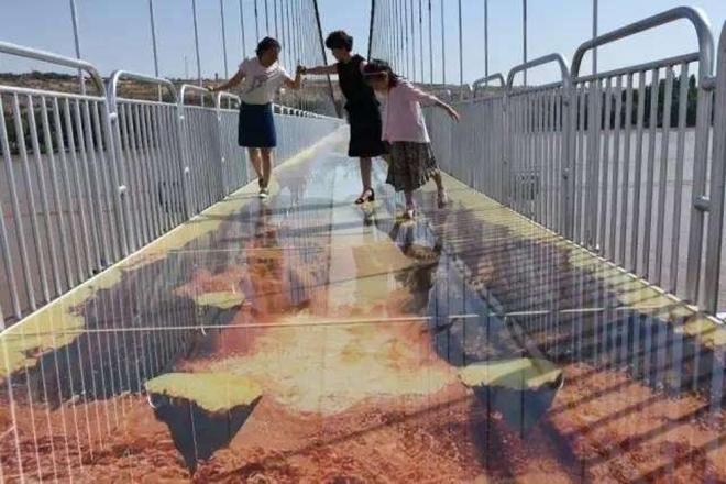 Trung Quốc: Du khách rụng rời chân tay khi ghé thăm cây cầu kính kết hợp công nghệ 3D - Ảnh 10.