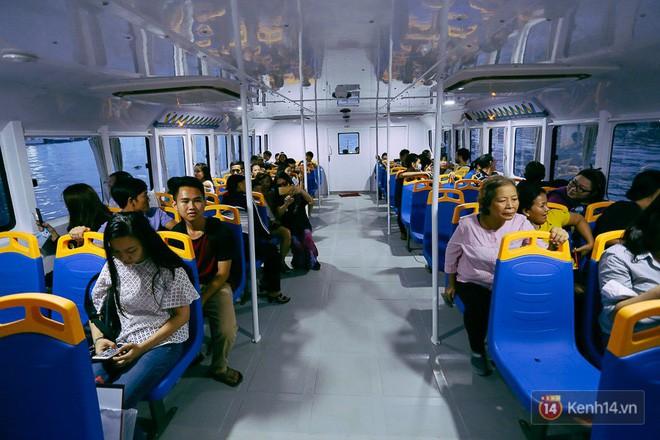 Buýt đường sông ở Sài Gòn cháy vé sau 10 ngày miễn phí, người dân chờ 2 tiếng mới được lên tàu - Ảnh 10.
