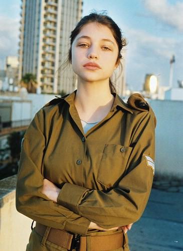 Vẻ đẹp đời thường đầy mê hoặc của các nữ quân nhân Israel - Ảnh 10.
