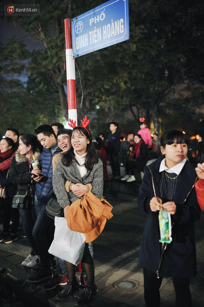 Giới trẻ Hà Nội kéo xuống phố đông nghịt đi chơi Noel - Ảnh 10.