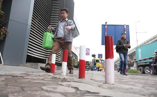 Cận cảnh barie ngăn dòng xe máy tràn lên vỉa hè ở một số tuyến phố Hà Nội - Ảnh 2.