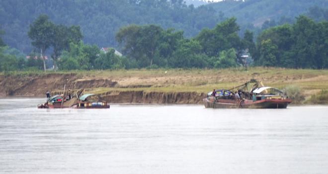 Video: Hàng trăm nghìn mét đất bị sông Lam nuốt chửng từng ngày - Ảnh 11.